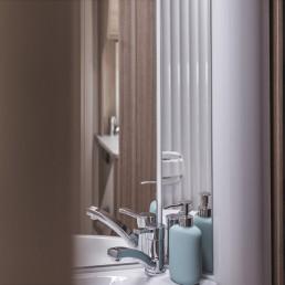Spiegel und Staufächer im WC
