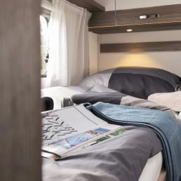 Bett und Staumöglichkeiten im Heck vom Wohnmobil