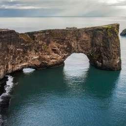 Island - schroffe Küste, beeindruckende Felsformationen
