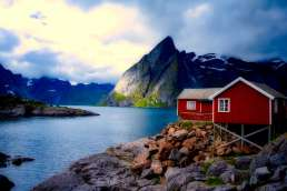 Typisch norwegisches Haus am Fjord