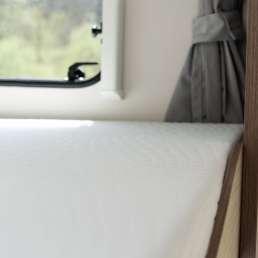 Alkhovenbett mit Panoramafenster im Wohnmobil Finca