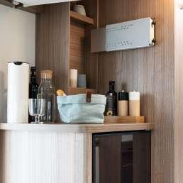 Die Ablage über dem Kühlschrank