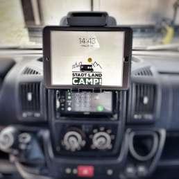 Stadt Land Camp! Tour iPad im Cockpit an der Halterung befestigt