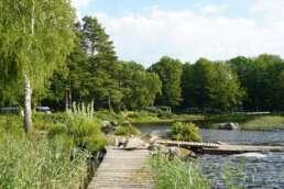"""Stege, wo man sie braucht auf dem Natur-Campingplatz Getnö Gard im """"Lake Åsnen Resort"""""""