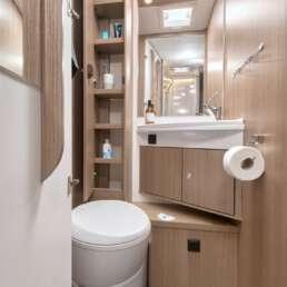 Wohnmobil Die Villa - Badezimmer mit WC und Waschtisch