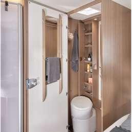 Wohnmobil Die Villa - Badezimmer und Dusche sind durch eine Tür abtrennbar vom Wohnraum