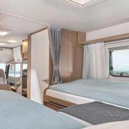 Wohnmobil Die Villa - Blick vom Schlafbereich im Heck auf Badezimmer und Dusche