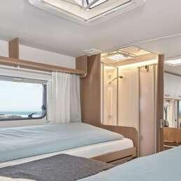 Wohnmobil Die Villa - Blick vom Schlafbereich im Heck auf Dusche und Badezimmer