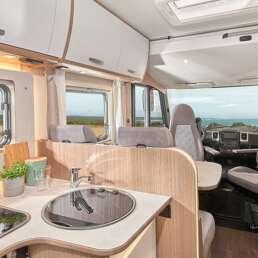 Wohnmobil Die Villa - Küche in L-Form mit viel Stauraum und toller Rundumsicht