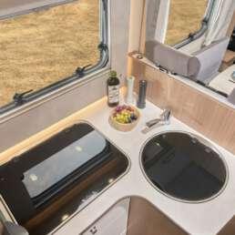 Wohnmobil Die Villa - Küche mit Gasherd, Spüle und viel Stauraum