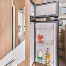 Wohnmobil Die Villa - Küche mit riesigem Kühlschrank und separatem Gefrierfach