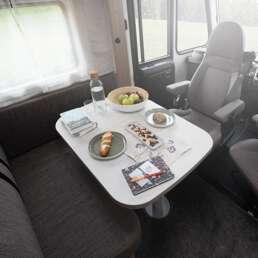 Wohnmobil Die Villa - der gemütliche Essbereich bietet komfortablen Platz für 6 Genießer