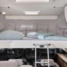 Wohnmobil Die Villa - riesiges Doppelbett (Hubbett 160cm breit) mit einem Handgriff von der Decke im Fahrercockpit runterzuziehen