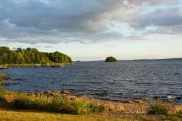 die traumhafte Aussicht vom eigenen Stellplatz auf den Bolmen See