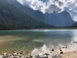 Der Toblacher See - glasklares Wasser umrahmt von Panoramabergen