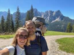 Wandern in den Dolomiten mit Kinderkraxe und guter Laune