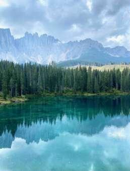 das Panorama rund um den Karersee in Südtirol