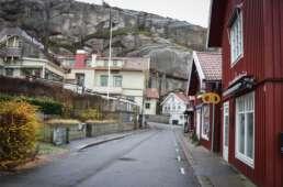 Egal, wo man sich in Fjällbacka befindet. Die Kombi aus abgeschliffenen Felsen, Wasser und Schwedenhäuser überwältigt einen.