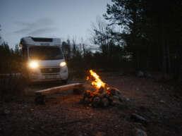 Lagerfeuer auf dem Stellplatz in Jokkmokk